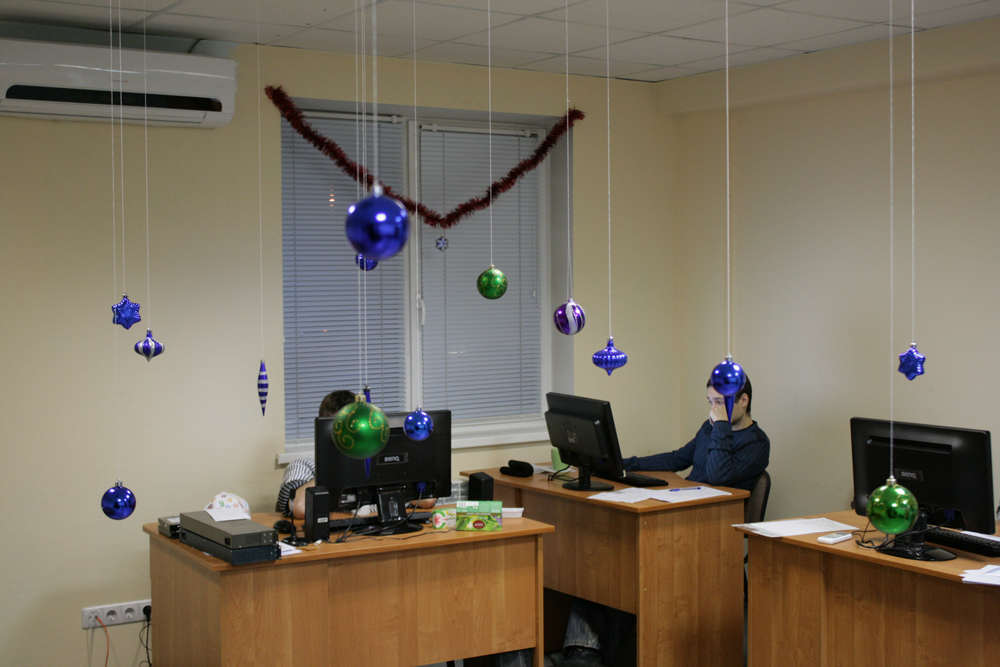Как украшают офисы на новый год
